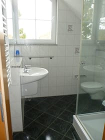 oberes Badezimmer mit Dusche