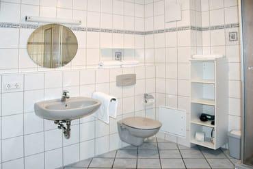 Das Bad ist mit DU/WC & Föhn ausgestattet.