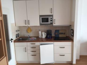 Küchenzeile mit Dunstabzug, 4-fach Cerankochfeld, Mikowelle, Kühlschrank mit Tiefkühlfach
