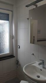 Bad mit Dusche, WC und Tageslicht