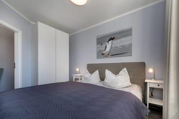Das schöne Schlafzimmer mit Doppelbett und Kleiderschrank.