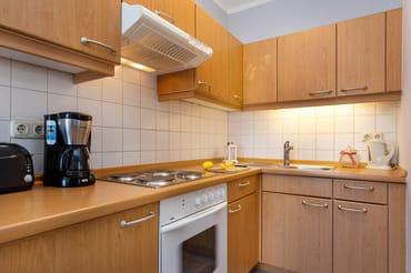 Die Küchenzeile ist komplett mit Geschirr, Besteck, Töpfen etc. ausgestattet. Zwischenzeitlich wurde ein 4-Platten-Cerankochfeld eingebaut.