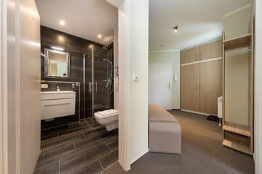 Die Dusche ist bodengleich. Hier der Blick Richtung Bad und Eingangsbereich.