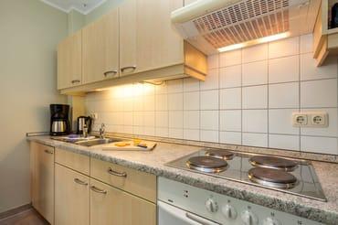 Die Küchenzeile ist komplett mit Geschirr, Besteck, Töpfen etc. ausgestattet. Inzwischen wurde ein 4-Platten-Cerankochfeld eingebaut.