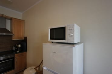 großer Kühlschrank mit Gefrierfach und Mikrowelle