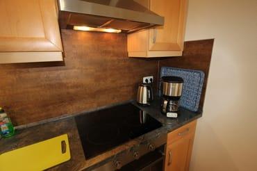 Küche mit Ceranfeld, Kaffeemaschine, Toaster, Wasserkocher