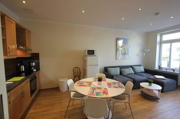 Wohnbereich mit Sitzecke und Küche