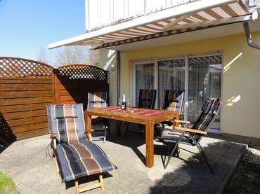 Eine 20qm große sonnige Terrasse lädt zum Entspannen und Grillen ein. Die Terrasse verfügt über eine 10qm große, elektrische Sonnen- / Regenmarkise. Die Gartenmöbel sind hochwertig