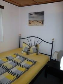 Schlafzimmer 2 mit Doppelbett und Aufbettung
