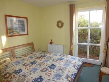 Schlafzimmer mit großem Fenster u. Blick in den Garten