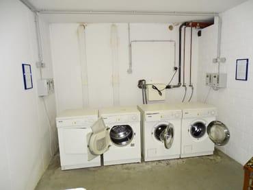 Münz-Waschmaschine und -trockner im Keller