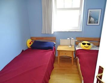1 Schlafzimmer mit 2 getrennten Einzelbetten