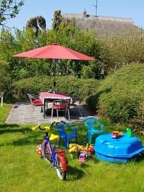 Gartenterrasse mit Kinderspielecke