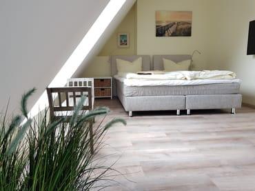 Schlafzimmer mit Doppelbett im 2. DG