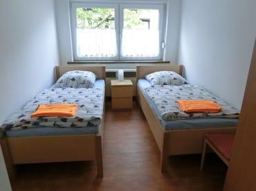3. Schlafzimmer mit 2 Einzelbetten und 1 Kleiderschrank