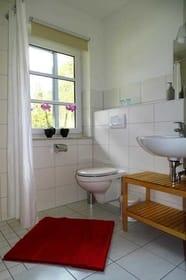 Duschbad mit Waschbecken und WC