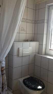 ein helles Bad mit Dusche /WC