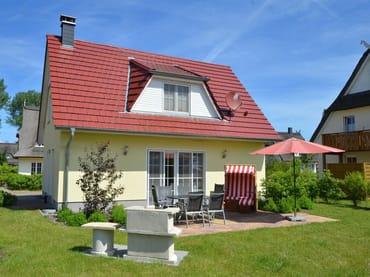 Gartenansicht mit Terrasse, Strandkorb und Grill