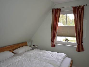 Doppelbett in einem der beiden kleinen Schlafzimmer