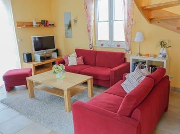 Gemütliche Sitzgruppe im Wohnbereich mit LED-SAT-TV, Stereo-Anlage und DVD-/BlueRay-Player