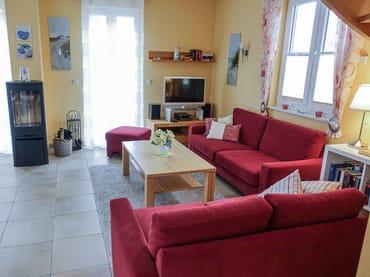 Sitzgruppe im Wohnbereich mit Kamin und LED-TV