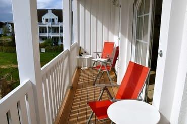 Balkon: Sitzmöglichkeit mit Gartenblick