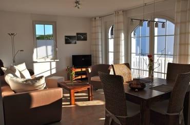 Wohnraum: Sitzbereich samt Esstisch, Radio, Fernseher mit SAT-Empfang in HD (DVB-S) sowie DVD-Player, Fußbodenheizung
