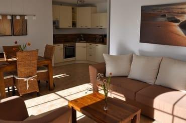 Wohnraum: Küchenbereich samt Esstisch,  E-Herd mit Backofen, Geschirrspüler, Kühlschrank, Toaster, Wasserkocher, Kaffeemaschine, Mikrowelle, Fußbodenheizung