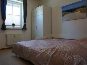 Schlafzimmer 2 mit ausgezogenem Bett