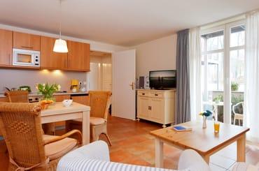 Der großzügige Wohnraum ist mit Flat-TV sowie bequemen Polstermöbeln ausgestattet. Ein Esstisch bietet Platz für drei Personen, ...