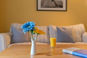 ...  um den kulinarischen Freuden zu frönen. Vom Wohnzimmer erreichen Sie Ihre private Terrasse, die zum Sonnenbaden oder zur abendlichen Spielerunde einlädt.