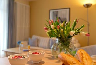 ... die in den Wohnraum integrierte Küchenzeile ...