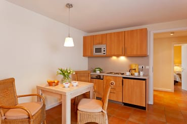 ... dank 4-Platten-Kochfeld, Mikrowelle, Kühlschrank mit Gefrierfach, Toaster, Wasserkocher, ...