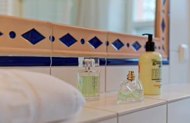 Das große und komfortable Badezimmer ist mit Dusche, WC und einem Haartrocknerausgestattet.