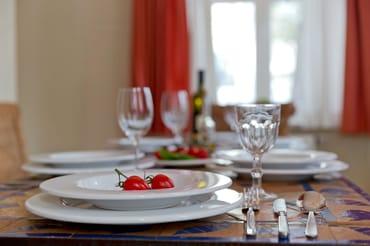 Im Wohnbereich befindet sich ein großzügiger Essbereich mit einem großen Esstisch ...
