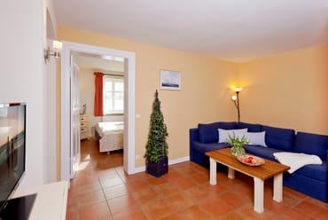 In dem gemütlichen Wohnbereich wartet eine Sitzecke mit bequemer Couch ...