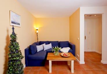 ... und Flat-TV zum Entspannen auf Sie. Die angrenzende Terrasse lädt zum Entspannen und Ausruhen im Grünen ein.