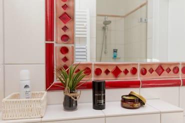 Vom Flur des Appartements haben Sie Zugang zu dem zweiten Badezimmer mit WC, ...