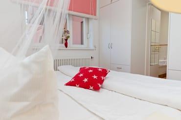 ... mit angrenzendem Badezimmer (Badewanne/WC) verfügt über ein bequemes Doppelbett.