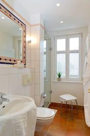 Das Badezimmer ist mit Dusche, WC und einem Haartrockner ausgestattet.