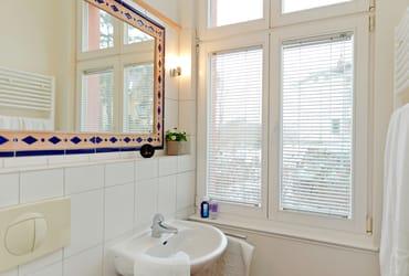 ... WC und einem Haartrockner ausgestattet.