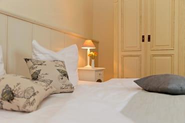 Die Couch im Wohnbereich kann als Schlafstätte für zwei weitere Gäste umfunktioniert werden