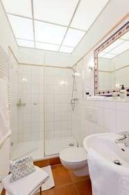 Das Badezimmer ist mit Dusche, WC ...