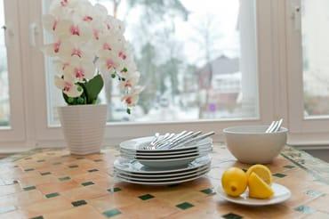 In der Loggia lässt es sich hervorragend ausruhen. Ein Esstisch bietet Platz für vier Personen, um den kulinarischen Freuden zu frönen.