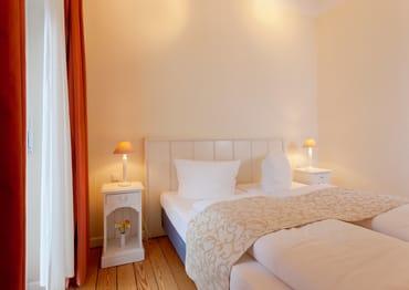 ... können Sie sich in das bequeme Doppelbett (160x200cm) fallen lassen – und so erholt in einen neuen Urlaubstag starten.