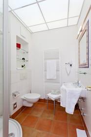 Das Badezimmer ist mit Dusche, Waschtisch, WC und Haarfön ausgestattet.