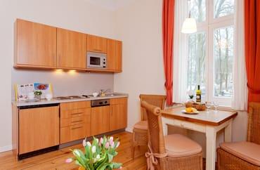 Für die Zubereitung der Lieblingsspeisen bietet die in den Wohnraum integrierte Küchenzeile....