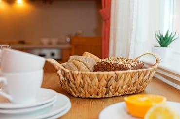 Ein Esstisch bietet Platz für drei Personen, um den kulinarischen Freuden zu frönen.