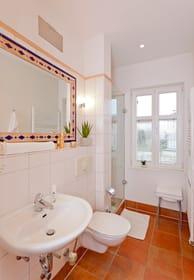 Das Badezimmer ist mit WC, einem Haartrockner ...