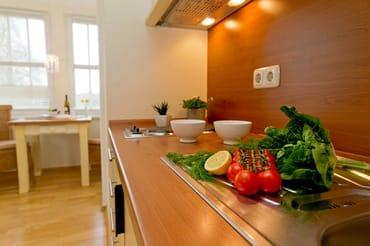 ...4-Platten-Kochfeld, Kühlschrank mit Gefrierfach, Toaster, Wasserkocher, Kaffeemaschine bieten beste Voraussetzungen.